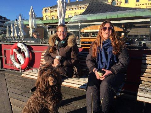 KAFFEPAUSE: Astrid Kristiansen(til venstre), hunden Frigg og Frøydis Grorud nyter vårsola. Bla for å se flere bilder.