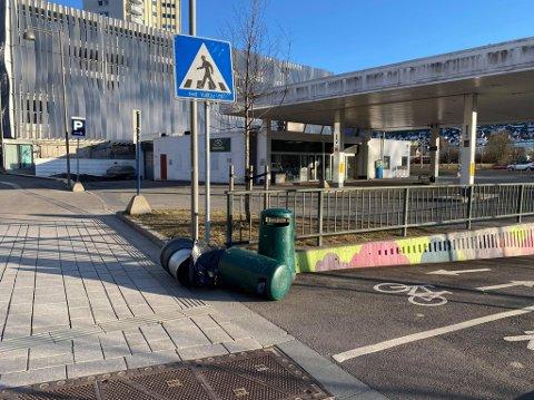 VELTET: Flere søppelkasser og andre løse gjenstander i bybildet har fått merke den kraftige vinden de siste dagene.