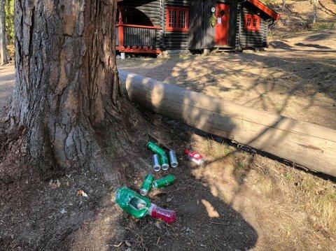 Christian Selvig tok dette bildet av etterlatte tombokser etter ansamlingen.