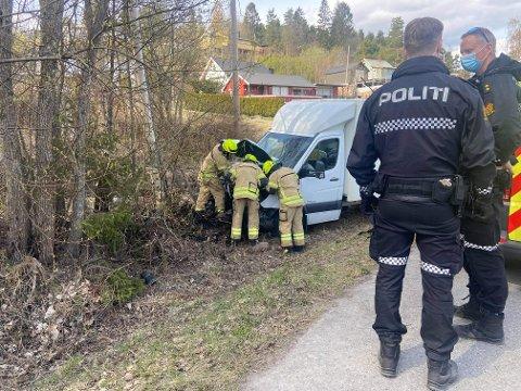 ULYKKE: En bil kjørte av veien i Svelvik tirsdag ettermiddag.