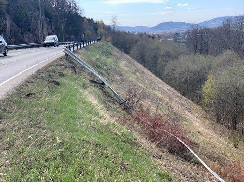 Bilføreren har kjørt gjennom autovernet og ned en skråning på stedet.
