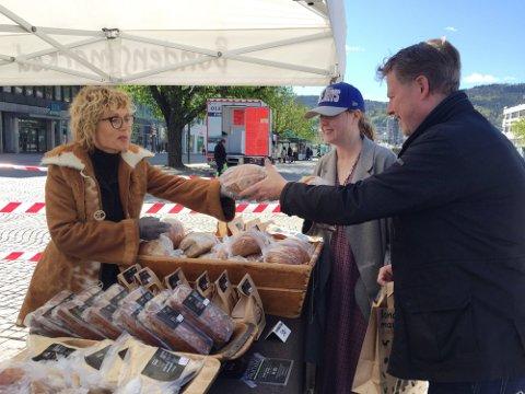 JUBLER: Markedsleder Anne Karin ved Bondens marked (t.v.) er glad for at utendørs marked igjen kan holde åpent fra 3. mai. Her fra fjorårets merked i april på Bragernes torg.