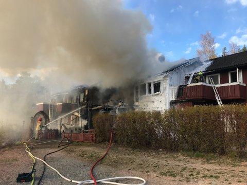 BRANN: Flere rekkehus brenner i Slemmestad fredag ettermiddag.