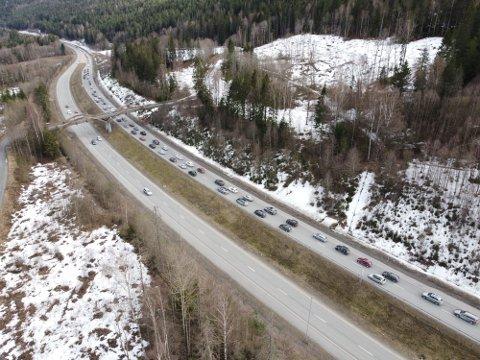 KØ, KØ og KØ: Søndag var det tett trafikk fra påskefjellet. Her fra E134 i Mjøndalen. Mandag er det også ventet kø.