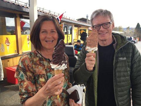 Vera Karin Hansen og Poul Espen Dahl dro ens ærend fra Tranby for å kjøpe softis på Lierkroa.
