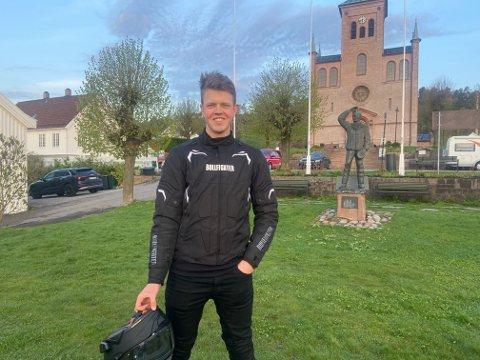KJØRT FRA OSLO: Sebastian Lundberg (17) har aldri vært i Svelvik før. Nå er han her for å se på det enorme bilskipet.