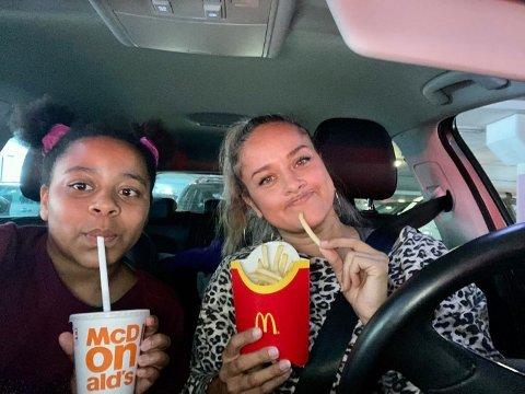 Maria Voss (41) og datteren India (12) havnet i trafikkaoset ved Gulskogen senter lørdag ettermiddag, men tok det med godt humør.