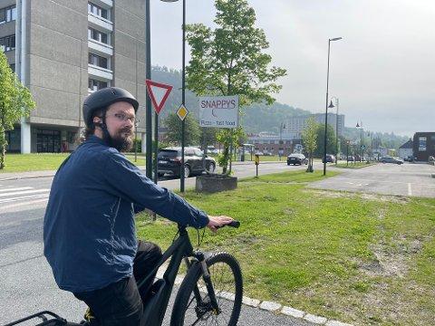 FORUTSIGBART: Eirik Fatland er glad for at han tok valget om å kjøpe elsykkel. Nå slipper han køene på veien.