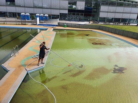 UTSETTER ÅPNINGEN: Drammensbadet skulle egentlig ha åpnet utebassengene denne helgen. Det kan de derimot ikke gjøre, da vannet enda ikke har satt seg og fortsatt er grønt.