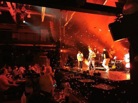 Gleden var stor over igjen å kunne holde konsert i Drammen, så stor at Landeveiens Helter gjerne kunne avse litt konfetti.
