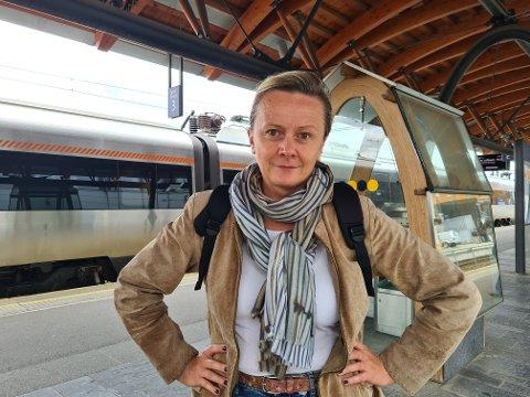 Edita L. Lothe er ikke fornøyd med at det blir buss for tog.