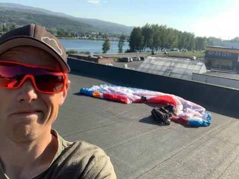 UVANLIG: Frederic André Bakkens paraglidingtur tok en uvanlig vending tirsdag kveld,