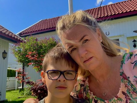 Læreren til Lucas  er tatt ut i streik, nå må han være med moren Charlotte på jobb.