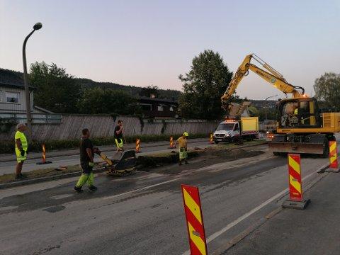 ARBEIDER: Torsdag kveld jobber kommunen fortsatt i Rosenkrantzgata etter vannlekkasjen som fylte veien samme morgen.