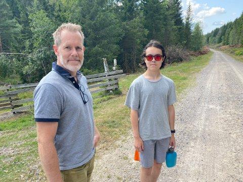 Terje og sønnen Benjamin sier de har et bittelite håp om å finne meteoritten som landet i Finnemarka natt til søndag.