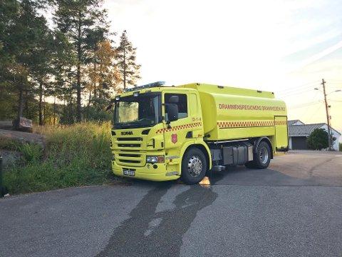 Brannvesenet er på stedet etter melding om skogbrann i Risdalsåsen.