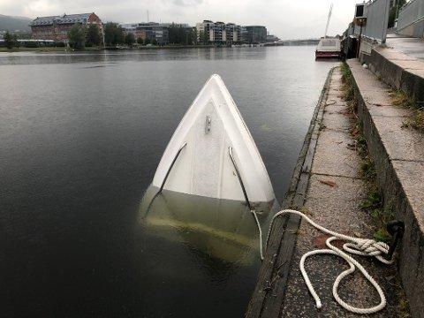 SYNKER: Slik ligger båten i elva.