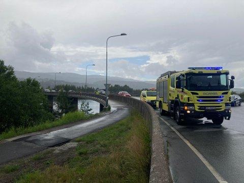 Nødetatene er på Steinsetøya onsdag etter å ha fått melding om  at noen trengte hjelp i vannet.