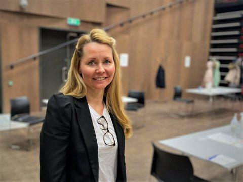 Heidi Kristin Ringstad, prosjektleder for vaksinasjonsprogrammet i Lier, gir 500 liunger muligheten for en tidligere dose nummer to.