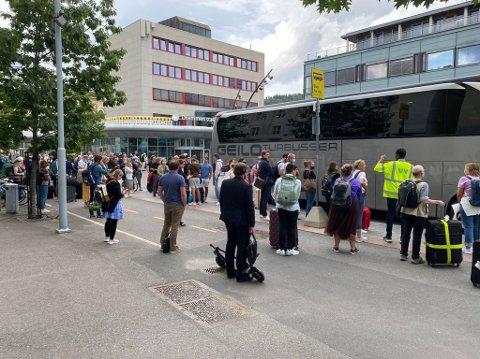 LANGE KØER: Mange må vente på buss for tog, etter signalfeil onsdag ettermiddag.