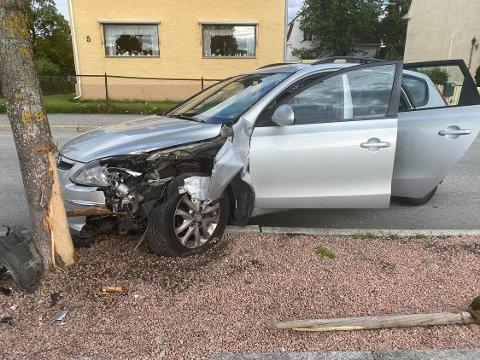 TRAFIKKUHELL: Politiet meldte klokka 08.40 tirsdag morgen at en bil hadde kjørt inn i et tre ved Drammensbadet.