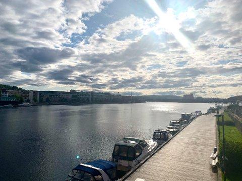 SOL: Fredag morgen skinner sola over Drammen sentrum. Meteorologen melder fine sommerdager denne helgen.