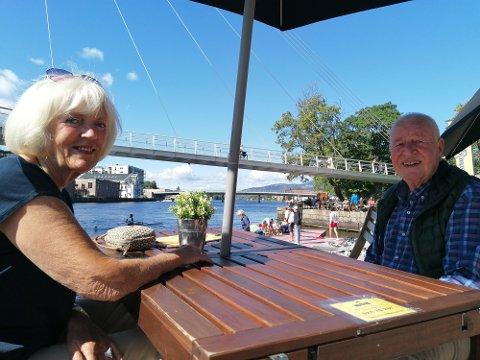 FRILUFTEN: Inger Falch Johannessen og Sten Johannessen venter på å bli servert mens de følger med på de første rundene av regattaen lørdag formiddag.