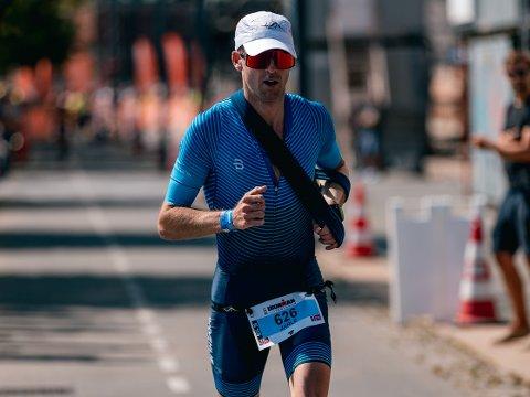 REVANSJE: For under én måned siden var Jarle Wermskog involvert i en ulykke som han fryktet ville koste han hele sesongen. Søndag løp han inn til førsteplass i Ironman Copenhagen - med venstre arm i fatle.