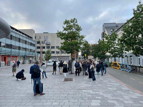 KØ: Det var tidvis kø utenfor togstasjonen tirsdag, men foreløpig har det ikke dukket opp noen busser.