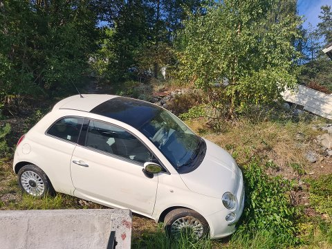 Denne bilen, av uviss årsak, trillet ned skråningen i boligfeltet mandag kveld.
