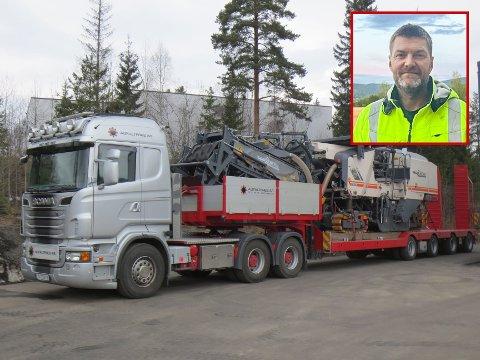 STJÅLET: Driftssjef Bjørn Harald Skuterud (innfelt) forteller at tyveriet av trekkvognen (bildet) ble oppdaget søndag morgen.