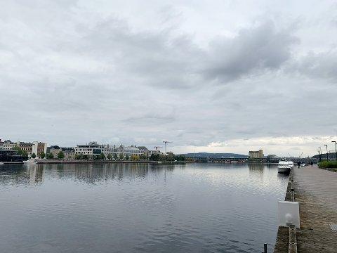 GRÅTT: Mandag er det grått og kaldt i Drammen sentrum.