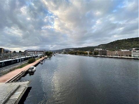 REGN I VENTE: Det har vært nokså grått i Drammen søndag. Snart åpner himmelens sluser seg.