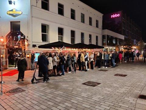 KØ: Det var lange køer utenfor flere utesteder i Drammen lørdag kveld. Her fra Old Irish Pub.