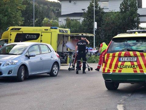 Fotgjengeren, en kvinne i 40-årene, kjøres til sykehus etter å ha blitt påkjørt i en fotgjengerovergang.