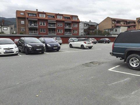 Fjernet parkeringsskilt: Det er ikke lenger restriksjoner om å parkere ved den mye brukte plassen i Mjøndalen sentrum.