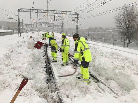 KONTORANSATTE MÅTTE UT: Etter det massive snøfallet måtte kontormedarbeidere i Bane Nor bruke tirsdagen utendørs for å få fjernet snøen på Drammenbanen.