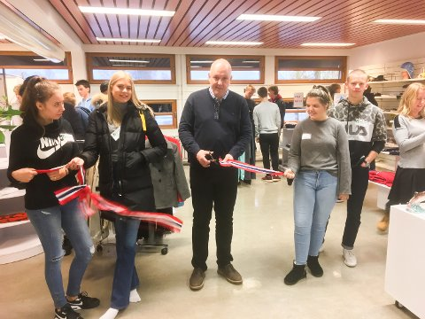 ÅPNET BUTIKKEN: Weronika Panek, Ina Isabell Olsen, rektor Jan Helge Russnes, Hedda Aure og Eldår Hesslid.