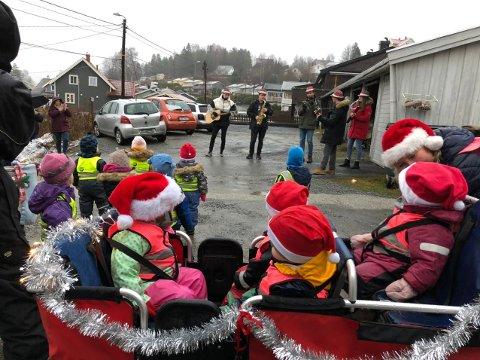 SPRER GLEDE: De yngste barna i Møllefossen barnehage har i desember hatt som et lite prosjekt å spre julestemning og glede i Hans Nielsen Hauges Vei i Vestfossen.