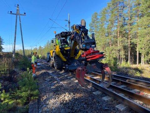 Utskifting av eldre skinner bidrar til høy sikkerhet og punktlighet på jernbanen. Her fra en tidligere jobb på Sørlandsbanen.