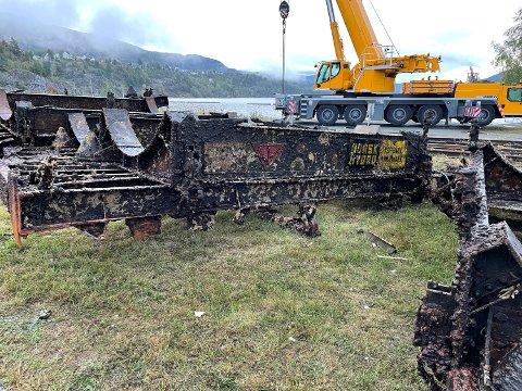 OPP FRA DYPET: Ni tankvogner har i løpet av sist uke blitt heist opp fra sin våte grav. Her ser vi flere understell klare til opphugning