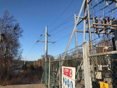 Her er transformatoren ved Rød på Asmaløy. Hit transporteres strømmen gjennom høyspentkablene til Elvia ( Hafslund). Fra Rød er det Norgesnetts ( Fredrikstad Energi) system av kabler og stolper som frakter strømmen ut til forbrukeren. (Arkivfoto: John Johansen)