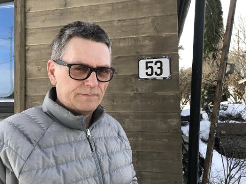 FÅR IKKE PAKKER: Her står Håvard Saude utenfor døra si i Gamle Kongsbergvei 53. Dit har ikke pakkene han har bestilt de siste årene kommet.