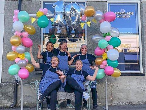 JUBILEUM: 14. april 2011 åpnet Tonje Holtungen og Ingvill Holtungen (foran) Simensen Sjokolade Salongen i Vestfossen. I dag er det ti år siden.