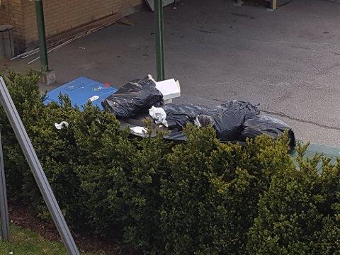 Mye avfall: Slik så det ut ved Legehuset fredag 7. mai. Søppeldunkene er nå tømt.