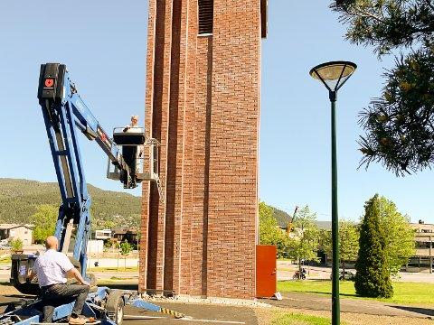 TIL HIMMELS: Prost Kjell Ivar Berger fikk testet ut høydeskrekken da klokketårnet ble innviet.