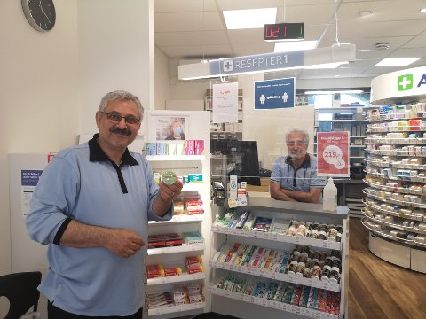 Opplevd betydelig salgsøkning: Masoud Mousari (til venstre) og Khaledabadi Mehdi (bak disken) har solgt 20 prosent mer allergimedisin for pollen i år.