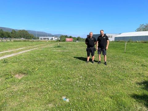 FLYTTER: TESS har holdt til på Loesmoen 25 år, men nå er lokalene for små for bedriften og de ser seg nødt til å flytte. Selger Cato Ruud og leder for servicesenteret i Hokksund Henning Lagerqvist er to av fire ansatte i Hokksund.