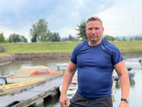 VENTELISTER: Roger Jensen står på venteliste for å få båtplass på Hokksund camping. Han angrer bittert på valget han tok i fjor.