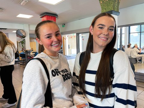 VAKSINETILBUD: Betina Slette Høgmo (16) og Leah Strand (15) synes det er på tide at 16- og 17-åringer får tilbud om koronavaksine.